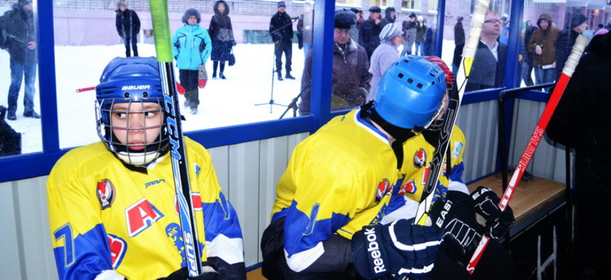 В Ижевске у гимназии им. К. Герда отремонтировали хоккейную коробку