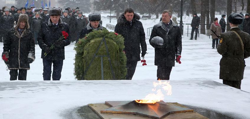 Глава Удмуртии возложил цветы к Монументу боевой и трудовой славы и поздравил защитников Отечества