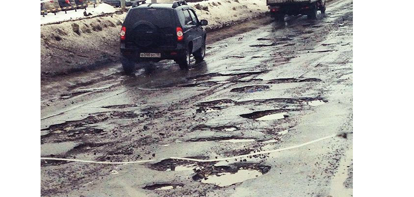 В Ижевске на улице 40 лет Победы оттаяли дорожные ямы