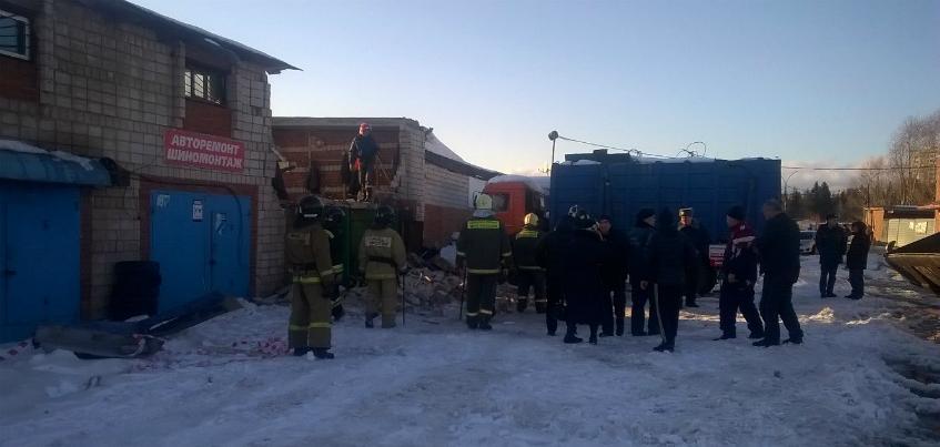 Двое мужчин погибли в результате обрушения кровли в автомастерской в Ижевске