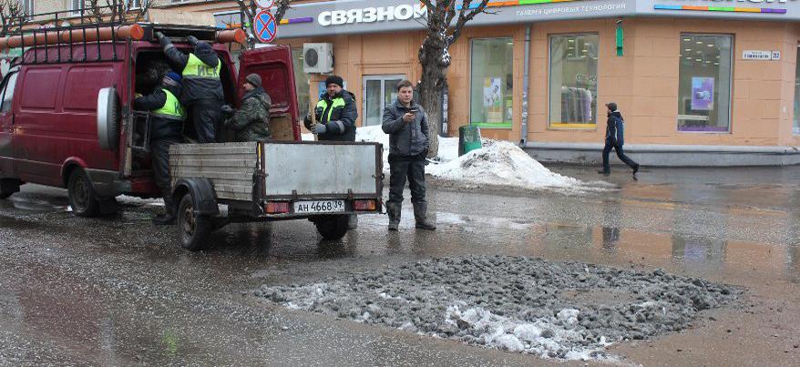 В Ижевске на перекрестке улиц Ленина и Коммунаров провалился асфальт