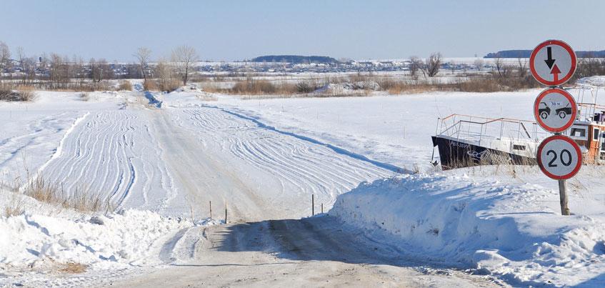 В Удмуртии на переправе пропускали машины по тонкому льду