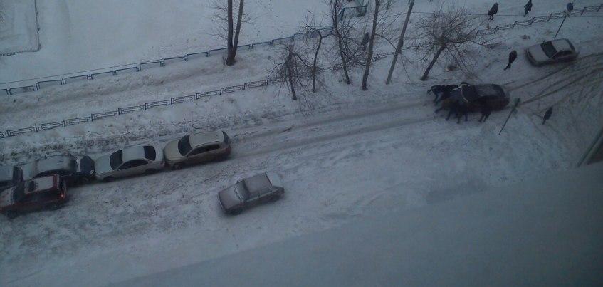 ВИДЕО: Из-за гололеда на пер. Спартаковский в Ижевске столкнулись 6 машин