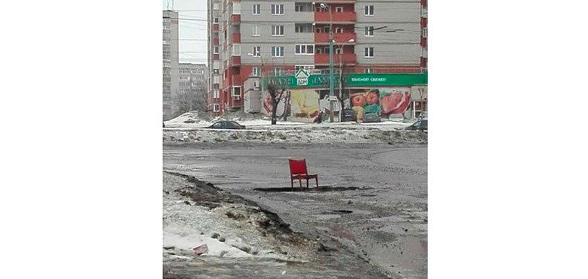 Ижевчане стали «отмечать» ямы на дорогах стульями