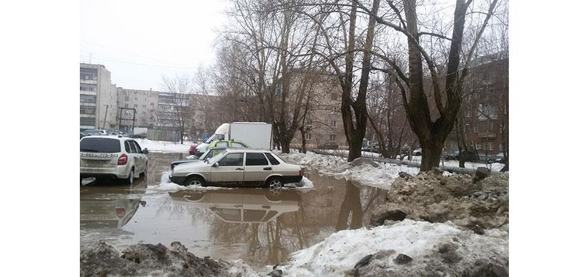 Жители дома по улице Гагарина в Ижевске стали заложниками затопленного двора