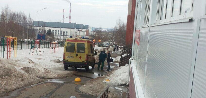 В Ижевске на улице Сабурова девушка выпала из окна