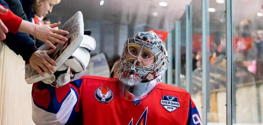 Вратаря ижевских хоккеистов дисквалифицировали за «неспортивный жест»
