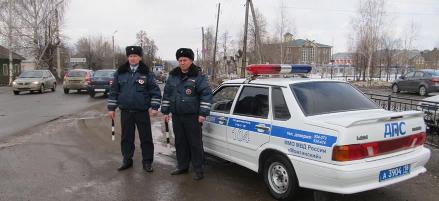 В Удмуртии сотрудники ДПС помогли жителям Татарстана поменять колесо и проводили до вокзала