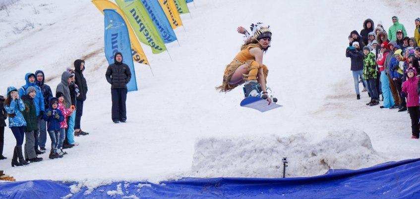 Фото: В Ижевске сноубордисты в костюмах киногероев перепрыгивали через большую лужу