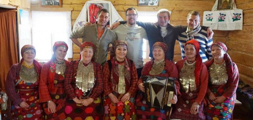 Участники кругосветной экспедиции Hat Master посетили бабушек из Бураново