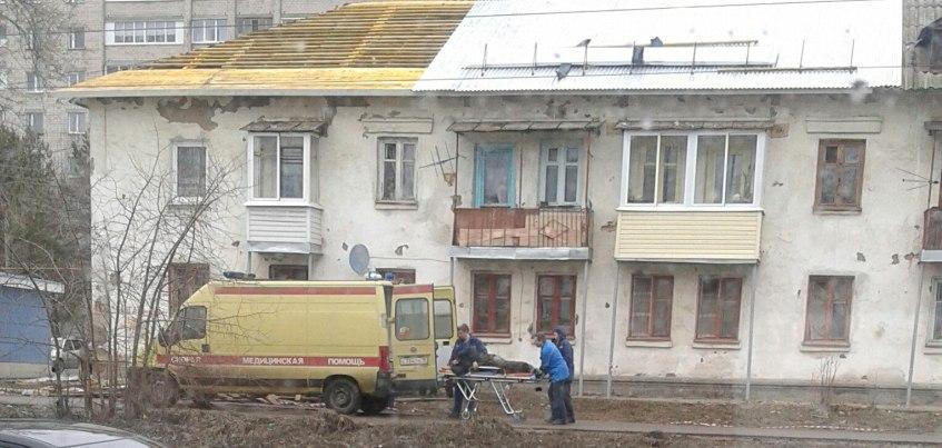 В Ижевске с крыши двухэтажного дома упал рабочий