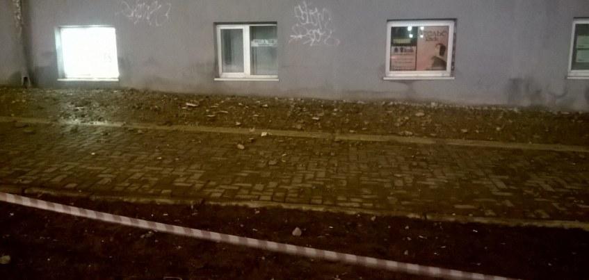 В Ижевске перекрыли часть тротуара на Пушкинской из-за сыплющейся с дома штукатурки