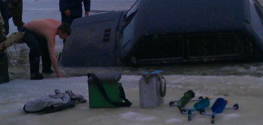 Фотофакт: автомобиль ижевчанина провалился под лед  в Кировской области