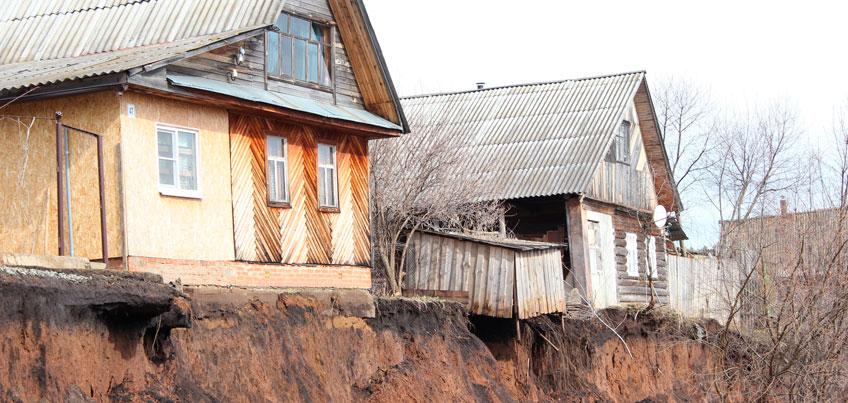 На краю света: дома в деревне Докша в Удмуртии наполовину сползли в обрыв