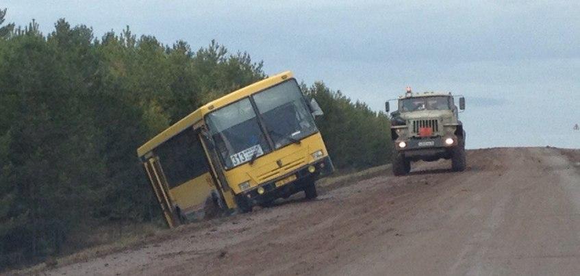В Удмуртии пассажирский автобус скатился в кювет