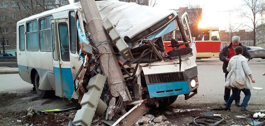 Около кафе «Ну, и че?» в Ижевске автобус врезался в световую опору