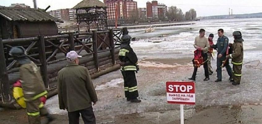 Спасатели в Воткинске вытащили двух мужчин, провалившихся под лед около пляжа Остров