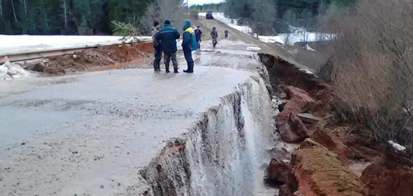 Дороги-водопады и грязь вместо асфальта: Как жители Удмуртии переживают весеннее бездорожье