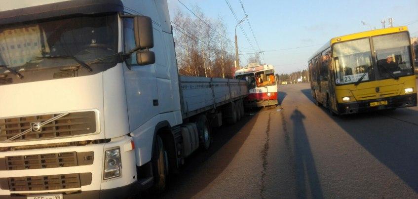 В Ижевске на улице Воткинское шоссе троллейбус столкнулся с грузовым автомобилем