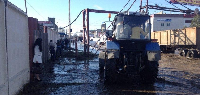 Потоп в Ижевске: тракторист перевозит женщин и детей на ул. Маяковского