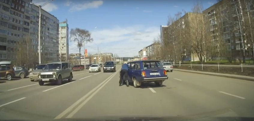 Видео погони пожилого ижевчанина за своим автомобилем стало популярно в Интернете