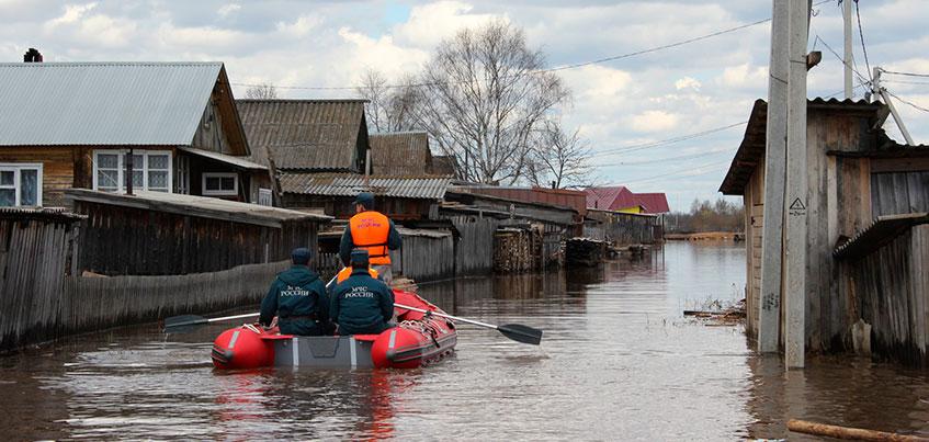 Как в Венеции: жители села в Удмуртии из-за паводка передвигаются по улицам вплавь