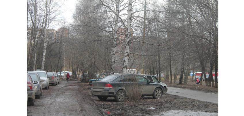 В Ижевске запрещена парковка автомобилей на газонах, детских площадках, тротуарах