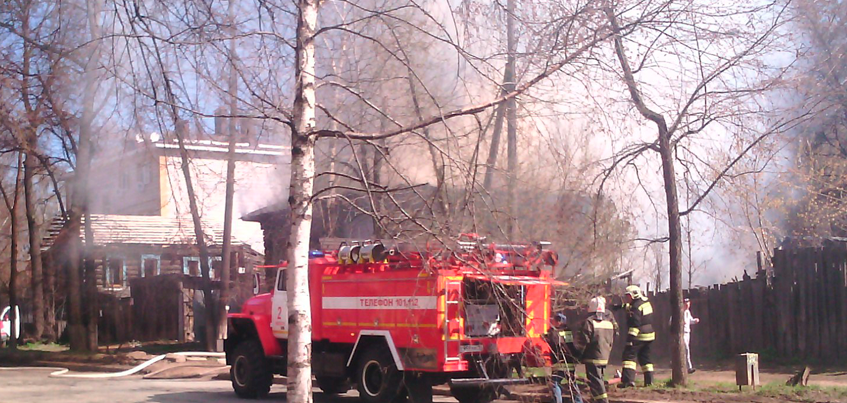 В Ижевске на улице Карла Маркса загорелся деревянный нежилой дом