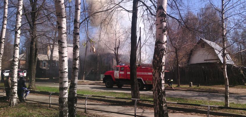 МЧС: Причины пожара в нежилом доме на ул. Карла Маркса в Ижевске выясняются