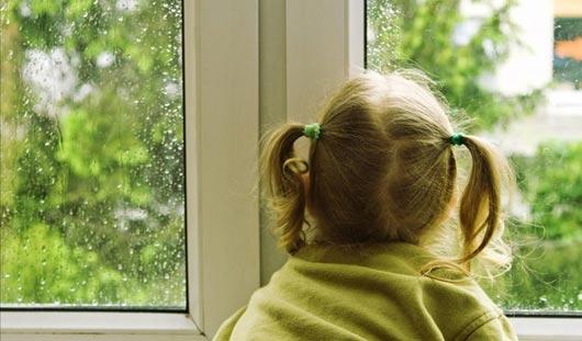 В Ижевске из окна 7-го этажа выпала трехлетняя девочка