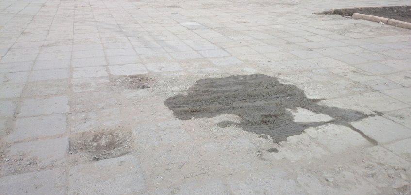 Фото: На Центральной площади Ижевска места, где не достает плитки, заливают цементом