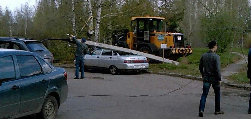 В Ижевске на автомобиль упал столб