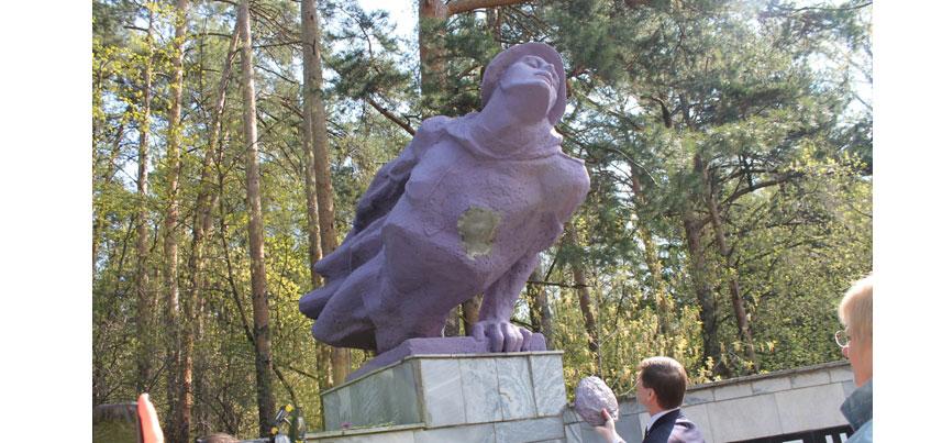 В Ижевске памятник Неизвестному солдату стал фиолетовым