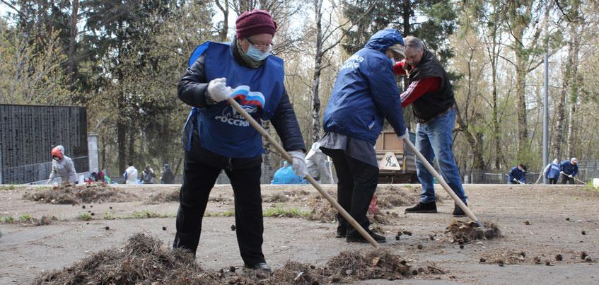 «Единая Россия» провела субботник у мемориального комплекса погибшим воинам