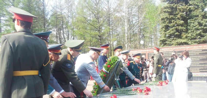 Власти республики возложили цветы к Монументы боевой и трудовой славы в Ижевске