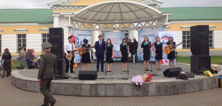 Песни военных лет прозвучали около Дома Правительства Удмуртии
