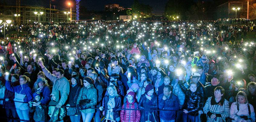Тысячи огней и военные песни под залпы салюта: в Ижевске прошел гала-концерт караоке-битвы «Песни нашей Победы»