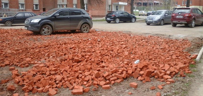Парковку в одном из городов Удмуртии «отремонтировали» битым кирпичом