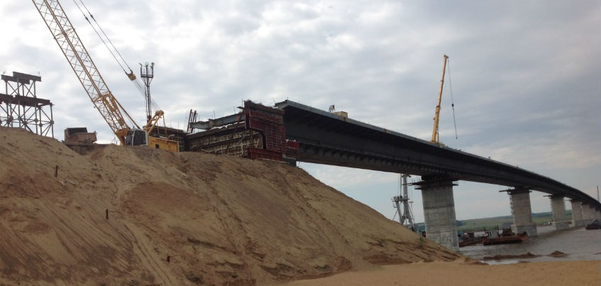 Первый пеший. Власти Удмуртии впервые прогулялись по почти готовому мосту через Каму