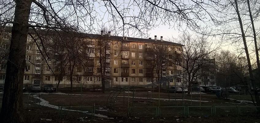 Глава Ижевска Юрий Тюрин встретился с жителями дома №70 по ул. Буммашевская, где рядом с детской площадкой строится магазин