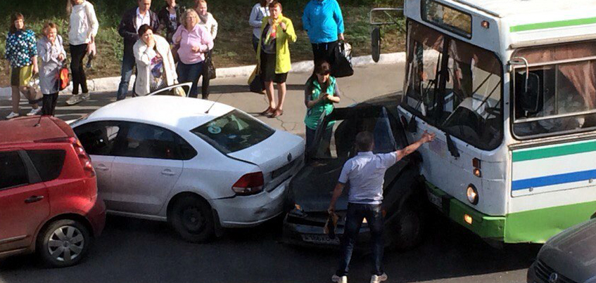 В Ижевске на улице Ленина столкнулись три автомобиля и автобус