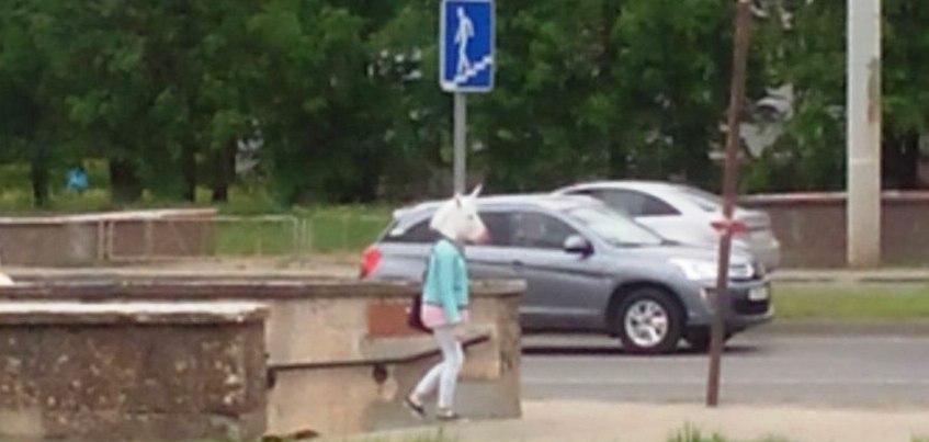 В Ижевске гуляла девушка с головой единорога