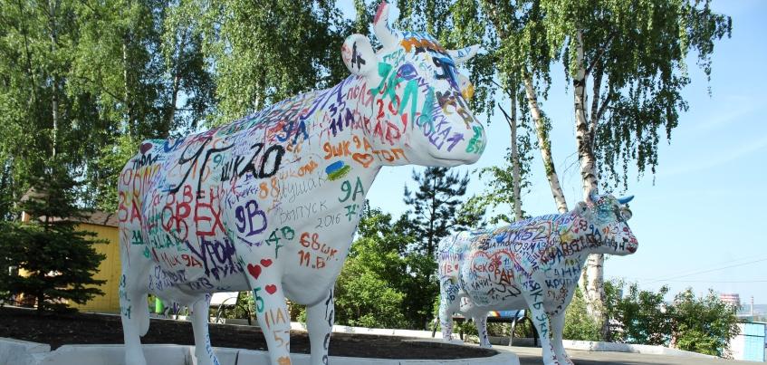 Фотофакт: В Ижевске разукрасили первых коров из арт-объектов «33 коровы»