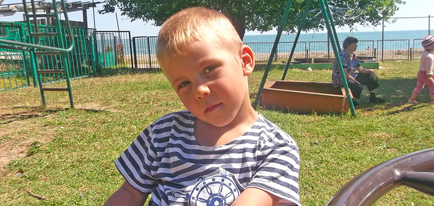 6-летнему Роме с аутизмом нужно дорогое лечение