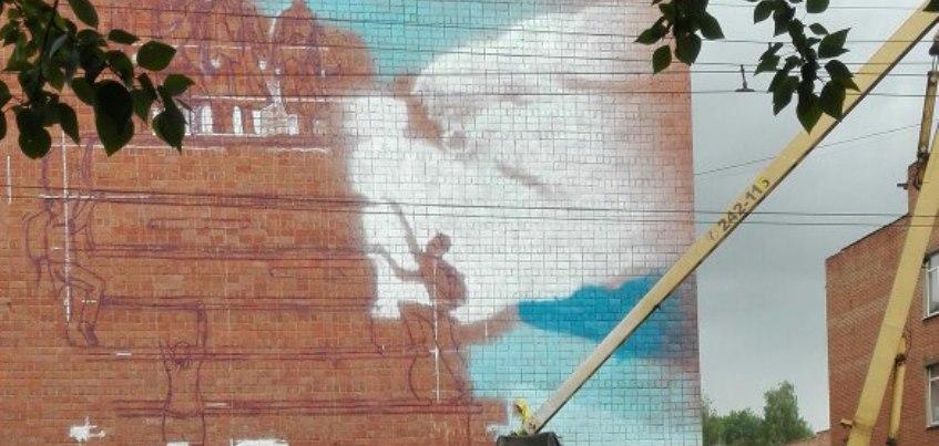 Фотофакт: на здании ИжГТУ рисуют граффити