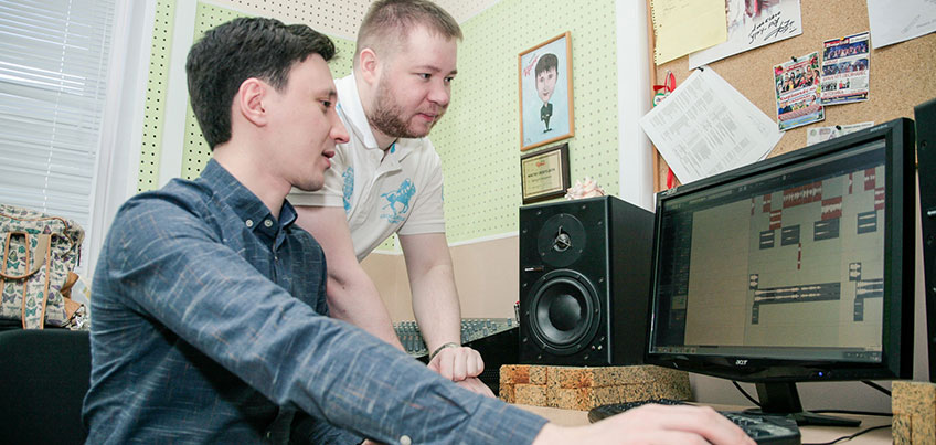 Есть вопрос: как песни попадают на радиостанции?