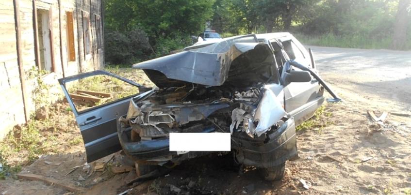 ГИБДД по Удмуртии: 19-летний водитель въехал в деревянный дом