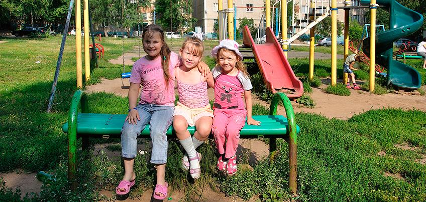 Детские площадки в Ижевске: 3 хороших и 3 плохих игровых комплекса во дворах города