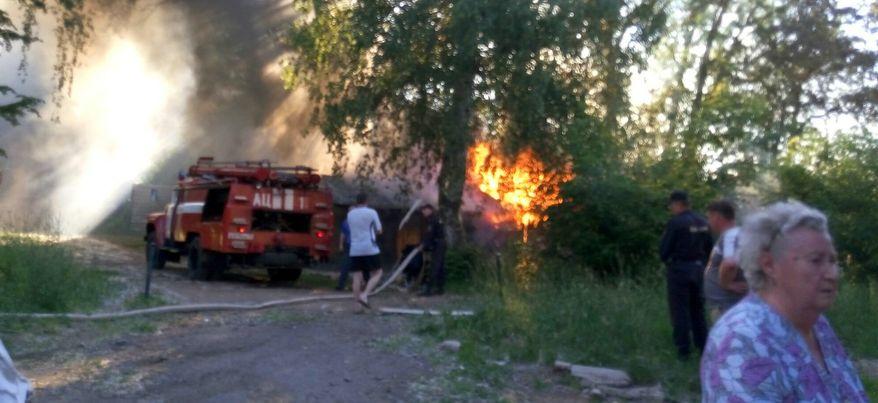 В Ижевске в частном секторе горит деревянная подсобка