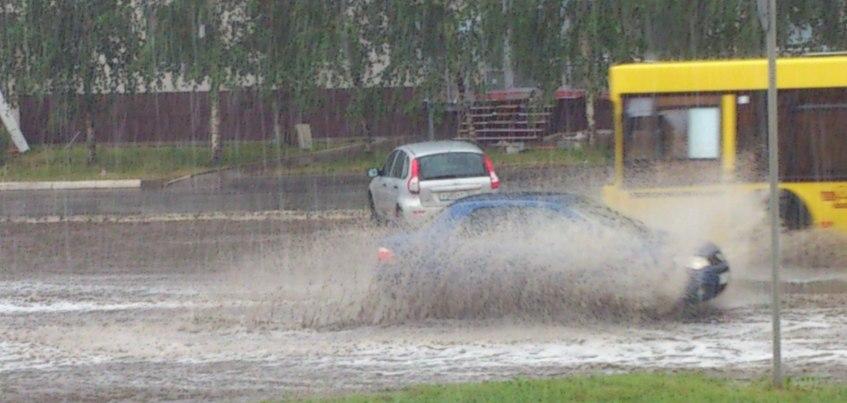 В Ижевске из-за сильного ливня машины тонут в лужах